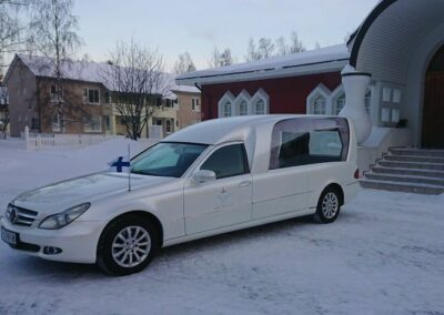 Mercedes ruumisauto valkoinen Binz