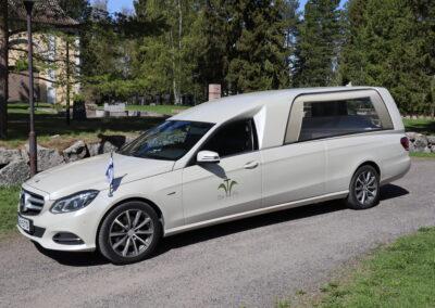 Valkoinen ruumisauto mercedes binz